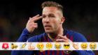 Arthur se señala la sien en el Barça-Sevilla