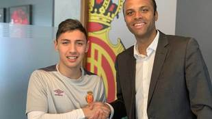 Leo Suárez, junto a Maheta Molango tras firmar con el club bermellón