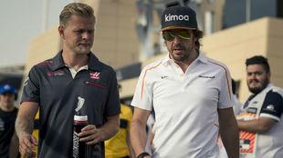 Alonso y Magnussen, en el GP de Bahréin de 2018