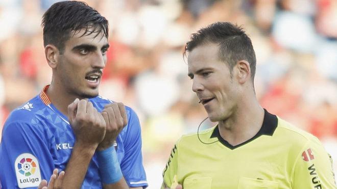 Catena le protesta al árbitro en un partido con el Reus.