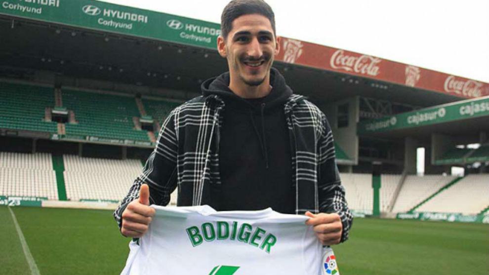 Bodiger, posa con la camiseta del Córdoba