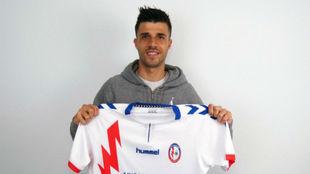 Héctor Hernández posa con la camiseta del Majadahonda