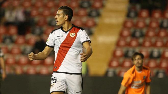 Álex Alegría celebra un gol con el Rayo.