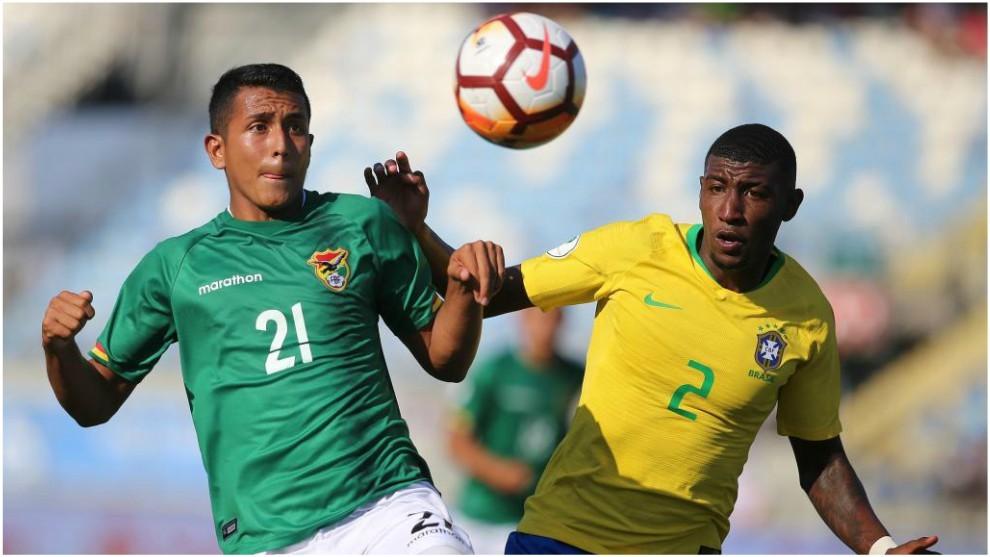 Emerson pugna por un balón con el boliviano Roberto Fernandez.