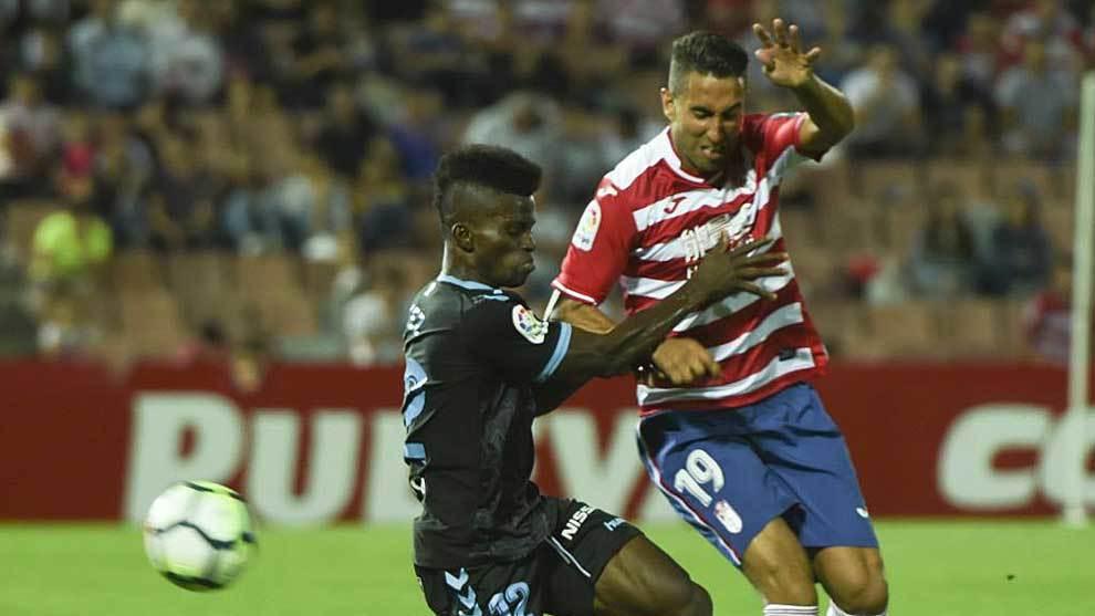 Ramón Azeez disputa un balón con Montoro en un Granada-Lugo