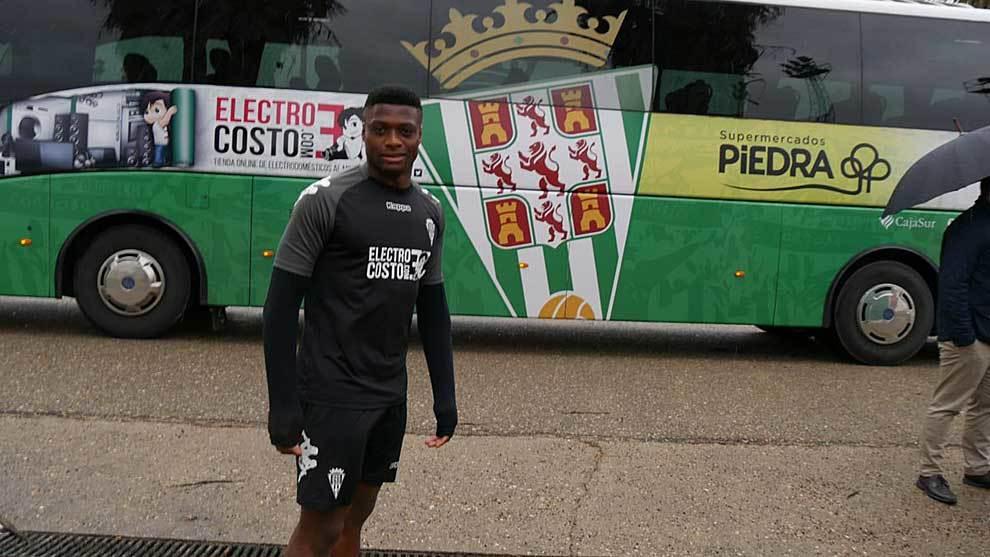 Neftali Manzambi, este viernes delante del autocar del equipo
