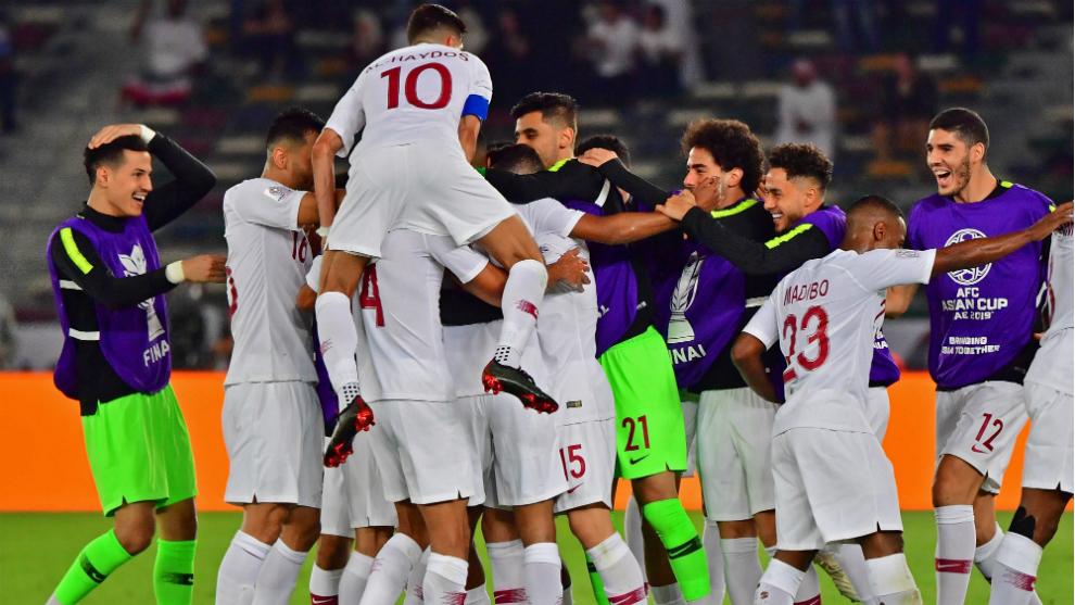 Los futbolistas de Qatar celebran el triunfo ante Japón y la...