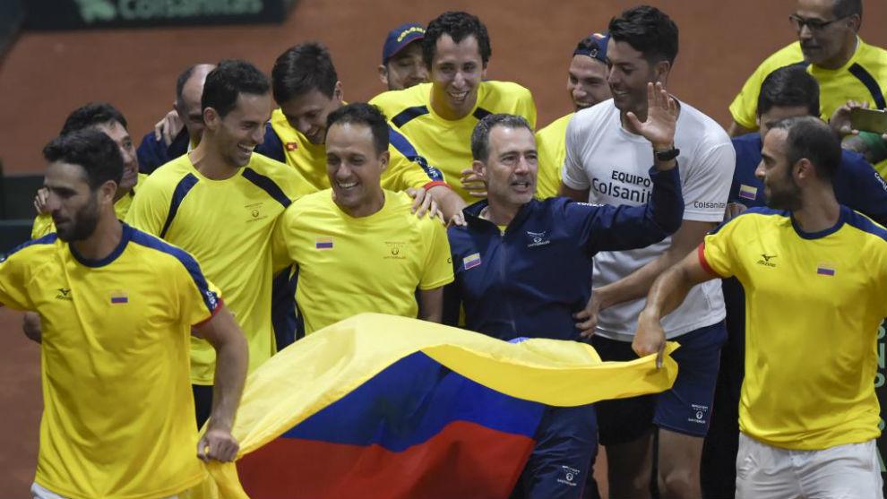 Los tenistas colombianos celebran su victoria ante Suecia en Bogotá.