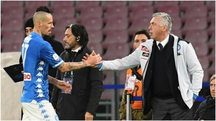 Ancelotti saluda a Hamsik tras sustituirle ante la Sampdoria.
