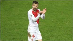 Cesc aplaude a la afición tras su gol.