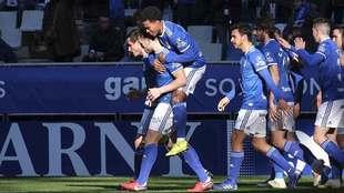 Los jugadores del Oviedo celebran con Carlos Hernández el primer gol