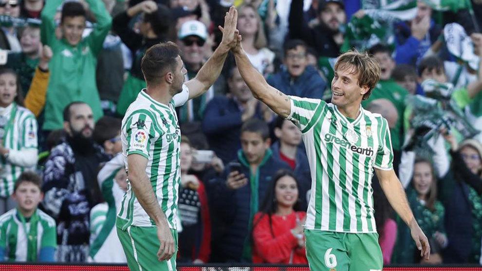 Canales y Joaquín celebran el tanto del cántabro.