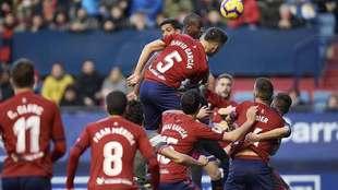 David García y Adrián Ramos disputan un balón aéreo por encima de...