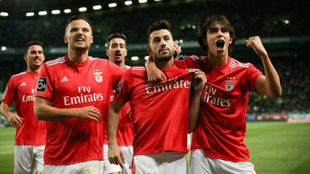 Los jugadores del Benfica celebran uno de sus goles.