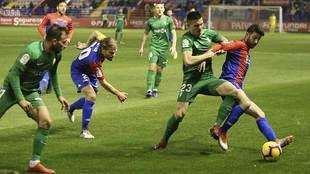 Djurdjevic, autor de dos goles, disputa el balón con Nando