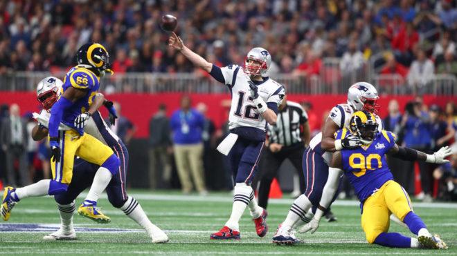 Tom Brady cometió el primer error de la noche en Atlanta