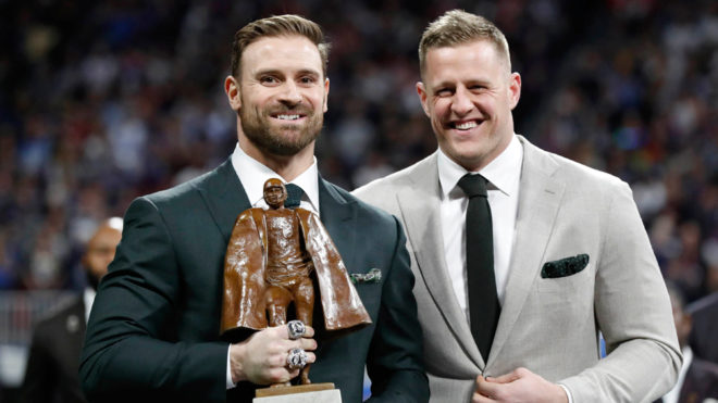 Chris Long posó J.J. Watt y el 'Walter Payton'