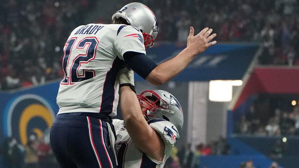 David Andrews levanta a Tom Brady tras finalizar el choque
