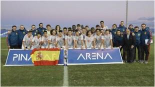 La selección española sub 15 celebra el título.
