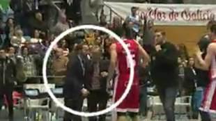 Sito Alonso encarándose con Kyle Singler mientras Moncho Fernández...