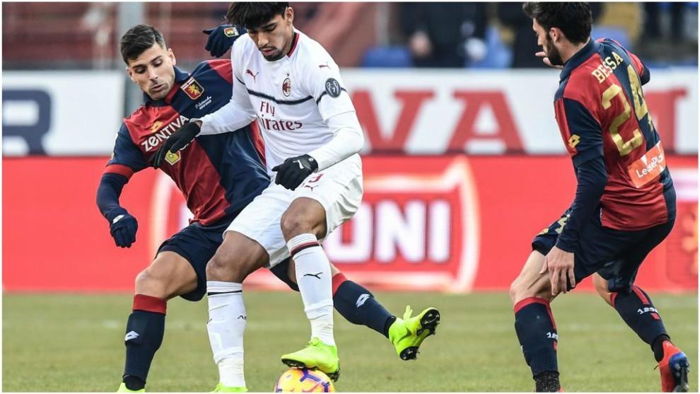 Lucas Paquetá trata de zafarse de Veloso y Besa ante el Genoa.