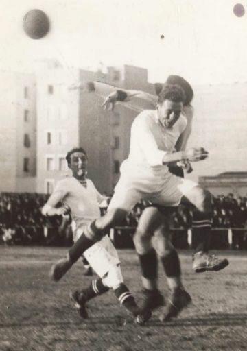 Santiago Bernabéu, como delantero jugando en el campo de O'Donnell