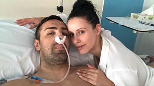 José Enrique, con su pareja Amy durante su estancia en el hospital