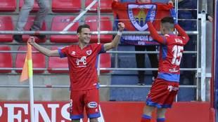David Rodríguez celebra su gol al Lugo junto a Oyarzun