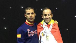 Álex Vidal posa con su oro mundial de 2017 y junto al seleccionador...