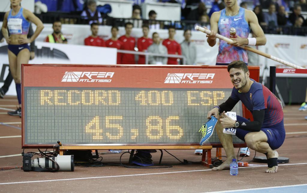 Óscar Husillos posa con el récord de España de 400 metros logrado...