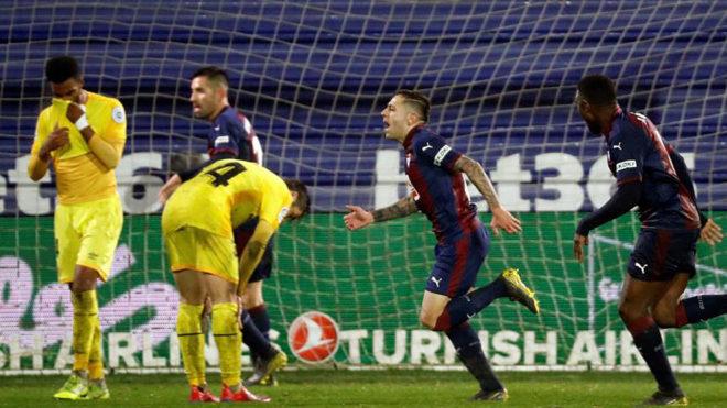 Los jugadores del Eibar celebran un gol ante el lamento de la defensa...