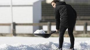 Jagoba Arrasate recoge nieve este lunes antes del entrenamiento