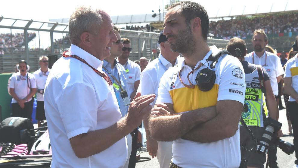 Helmut Marko habla con Cyril Abiteboul.