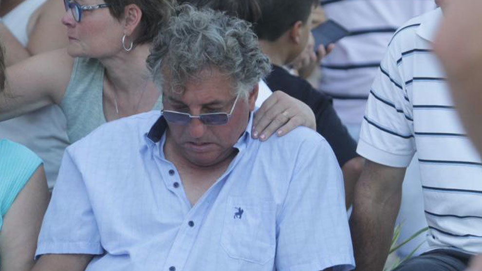 Horacio Sala, the player's father, looking dejected.
