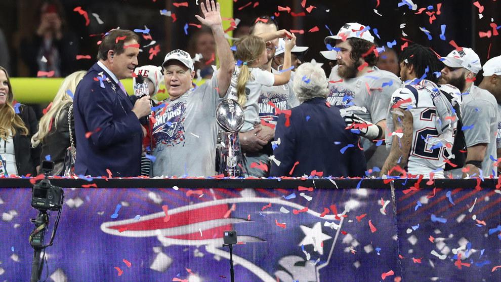 Bill Belichick festeja en el podio tras ganar el Super Bowl LIII.