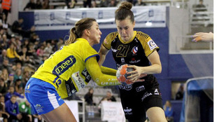 Silvia Arderius es defendida por una rival