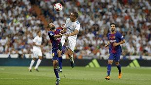 Lucas Vázquez, con Jordi Alba durante el Clásico de la pasada...