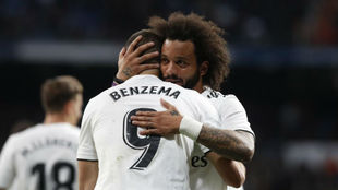 Marcelo felicita a Karim tras un gol del francés.