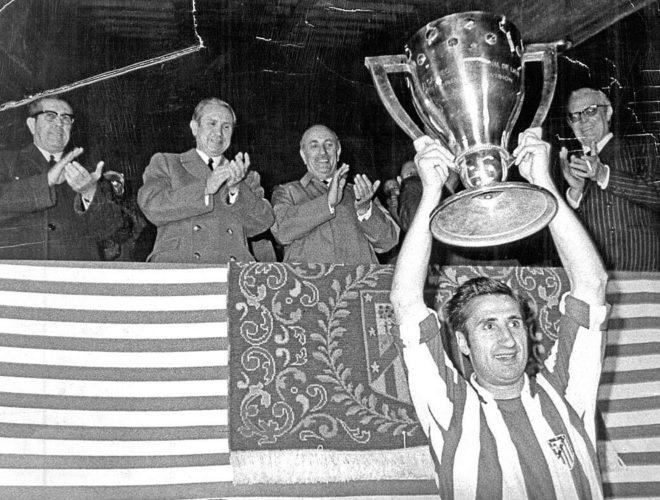 Isacio Calleja levanta un título de Liga del Atlético de Madrid.