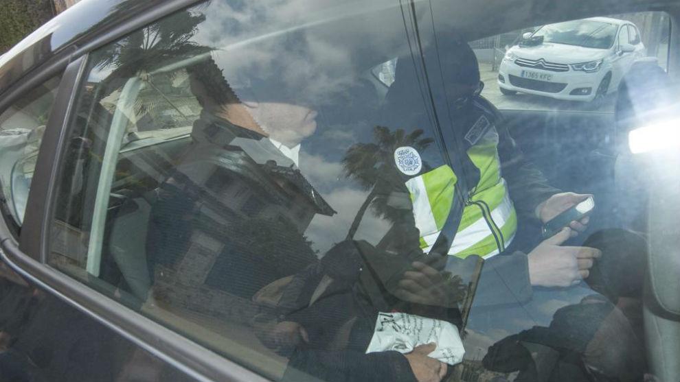 Quique Pina, en un vehículo policial, tras ser detenido en su casa...