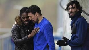 Carlos Martínez observa como Boateng se despide de Toché rumbo a...