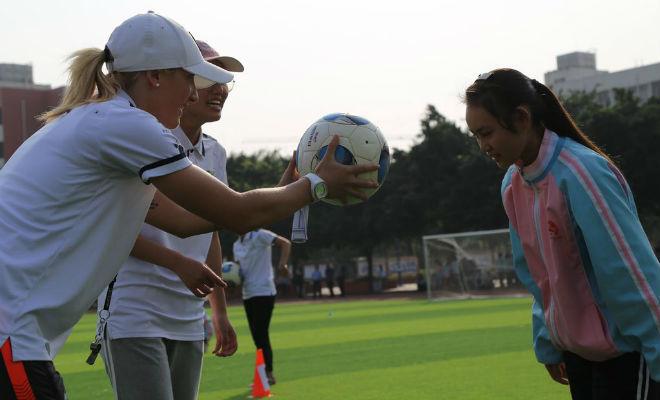 Alexandra Fernández 'Ruby' enseña a cabecer un balón a una...