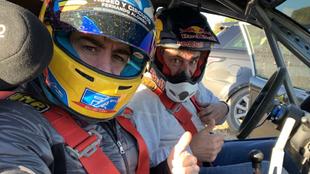 Fernando Alonso, ejerciendo de copiloto de Carlos Sainz.