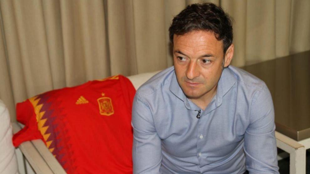 Santi Denia posa con la camsieta de la selección española