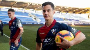 Juanpi, durante su presentación como jugador del Huesca.