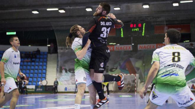 Juan del Arco, en un partido de la Liga Asobal con el Logroño La...