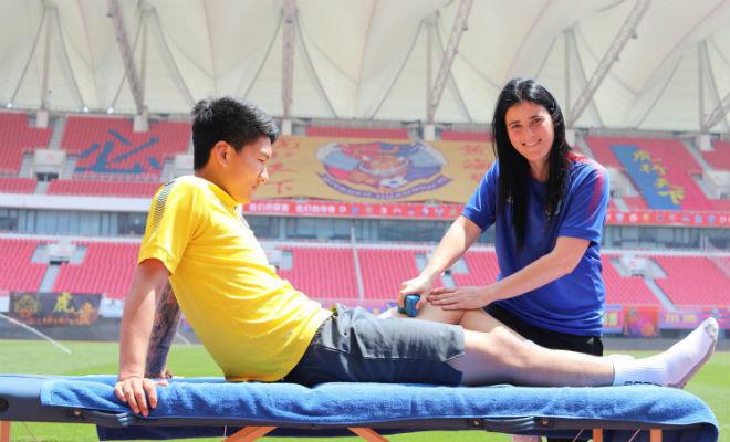 Erica Hernández trata a un jugador del Qingdao Huanghai.