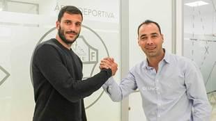 El director deportivo Jorge Cordero saluda a Yacine en las oficinas...