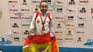 Alex Vidal, con el bronce mundial al cuello y la bandera de España.