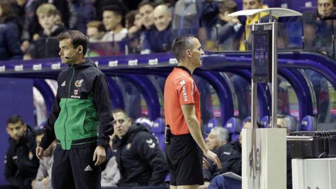 Jaime Latre consulta el VAR en el Levante-Valladolid.